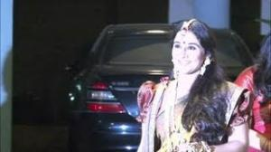 Vidya Balan Looks Stunning in Bengali Saree, Shows her Simple Mehndi - Vidya's Mehndi Ceremony