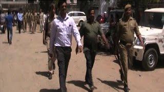 मेरठ - पुलिस प्रशासन ने आरटीओ पर छापेमारी कर 35 दलाल पकड़े