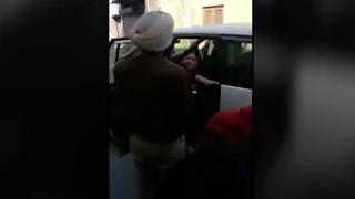 पुलिस की गुंडागर्दी  पर फूटा लोगों का गुस्सा, शख़त कार्रवाई की माँग