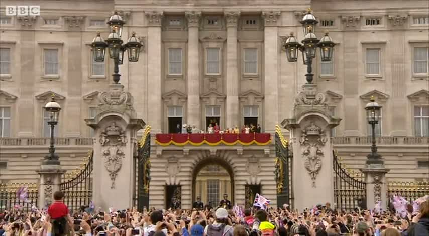 William and Kate Kiss on the Balcony - The Royal Wedding -Video