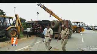 Road Mishap In Anantapur | Paper van Hits Lorry | 4 lost life And 2 Injured | iNews