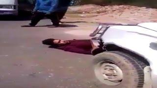 मांफी मांगने के लिए अधिकारी की गाड़ी के आगे लेटा बस कंडक्टर