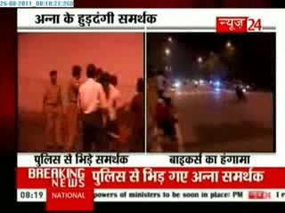 Group clashes with police at Hazare fast venue