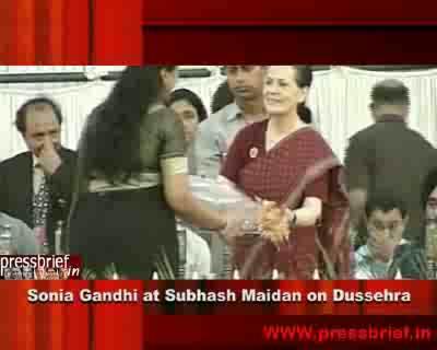 Sonia Gandhi attends Dussehra Celebrations Subhash maidan in Delhi, 6th October 2011