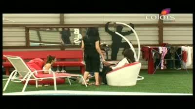 Bigg Boss 5 - Amar gives hand massage to Vida (11-October-2011)