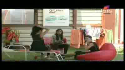 Bigg Boss 5 - Pooja Bedi shocked to know Swamiji is 73 (13-November-2011)