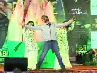 Emraan Hashmi performs Ishq Sufiyana song at the Mithibai College Festival