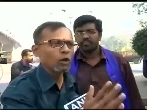 Anna Hazare shown black flags on way to Juhu Chowpatty