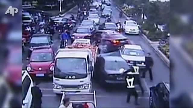 Stolen Car in China Hits 13 Vehicles