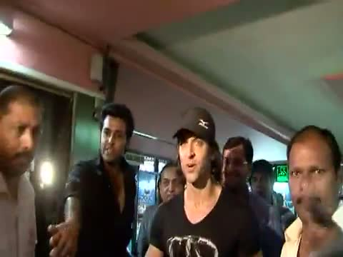 Hrithik Roshan And Sanjay Dutt Mobbed By Fans