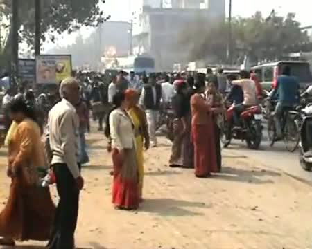 Rahul woos voters through roadshow in Aligarh