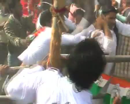 Men show black flag to Rahul, beaten up