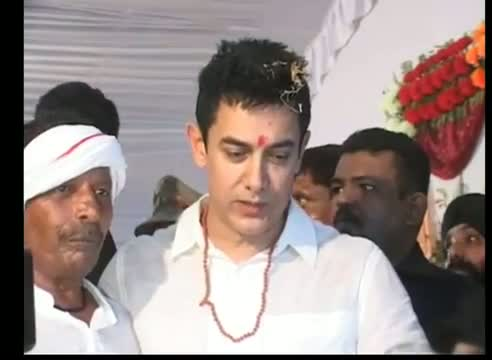 Aamir Khan's stage collapses in Varanasi When he attended the wedding party of a rickshaw puller Ram Lakhan in Varanasi, April 26, 2012