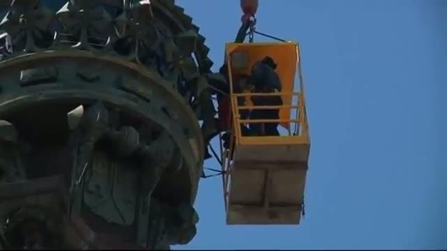 Tourists trapped inside Barcelona statue