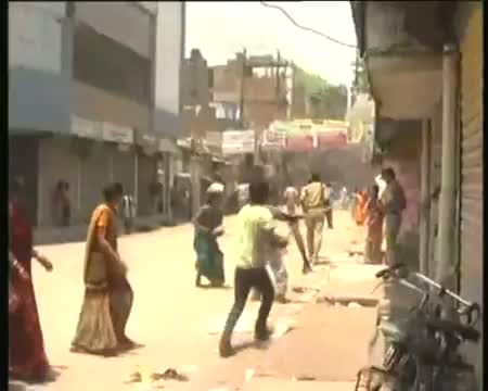 Cops lathicharge women in Patna