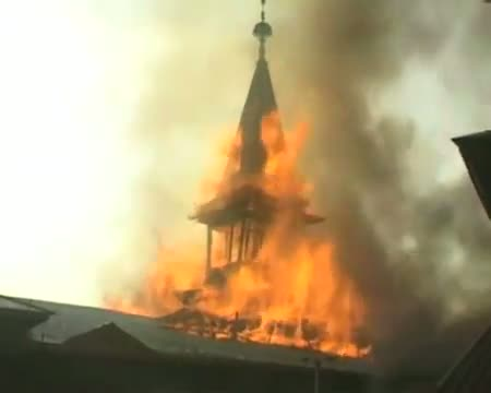 Fire engulfs Dastgeer Sahib Shrine at Khanyar
