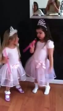 Sophia Grace Brownlee raps to Nicki Minaj - Super Bass