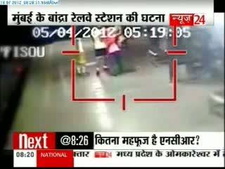Girl slaps and beats up eve teasers with sandal in Mumbai - CCTV footage