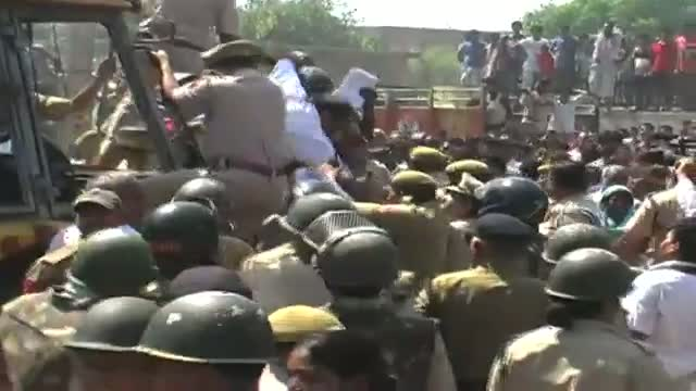 Lathicharge on slum dwellers in Delhi