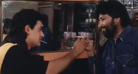 Andaz Apna Apna - Comedy Scene - Aamir Khan exchanges BIDI with CIGARETTE and other guy went unnoticed