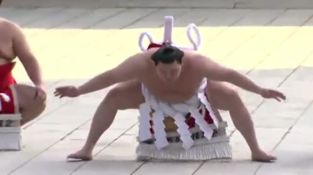 Raw: Sumo Champs Perform New Year Ritual
