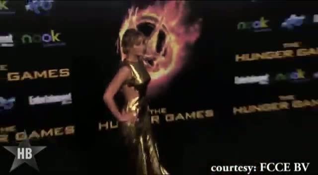 Jennifer Lawrence RIPS her dress SAG Awards 2013