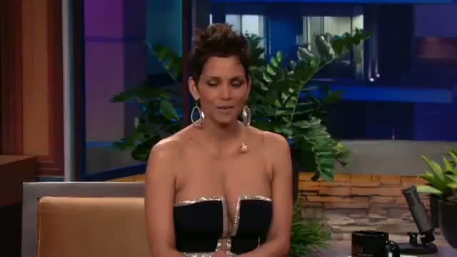 Halle Berry's low-cut dress stuns Jay Leno on 'Tonight Show'