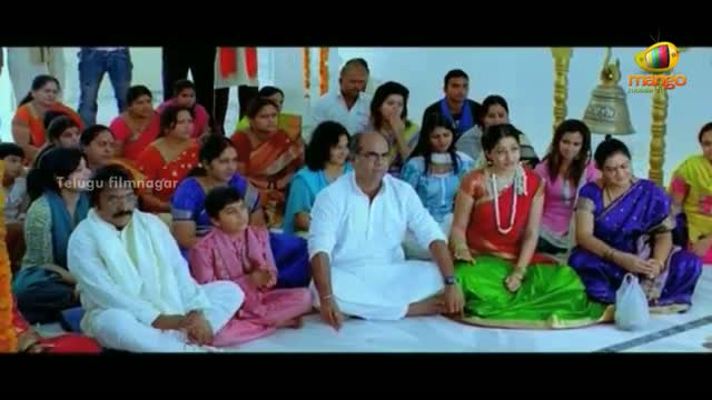 Maro Charitra Movie Scenes - Varun Sandesh meeting Anita at a temple - Varun Sandesh, Shraddha Das - Telugu Cinema Movies