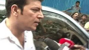 Aditya Pancholi FIGHTS with media @ Jiah khan's FUNERAL