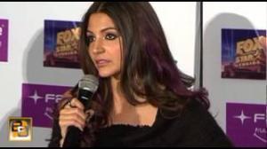 Anushka Sharma's WARDROBE MALFUNCTION at IIFA awards 2013