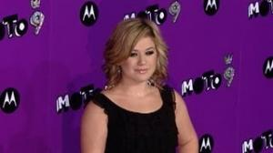 Kelly Clarkson Shares Intimate Photo
