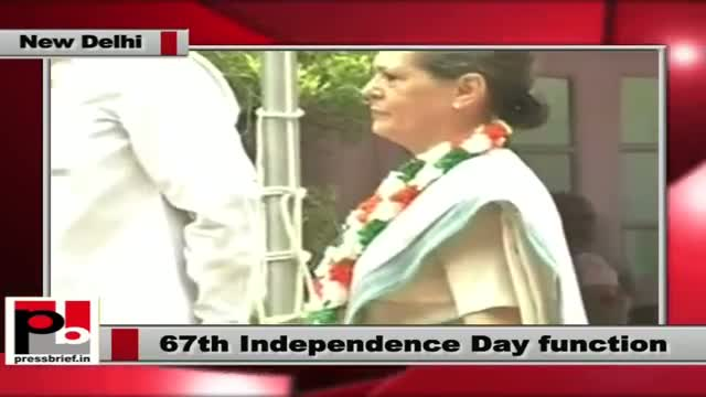 Sonia Gandhi hoists tricolour at AICC office on 67th Independence day