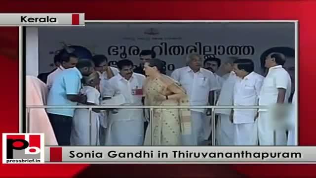 Sonia Gandhi distributes land under Zero landless scheme to the poor in Kerala