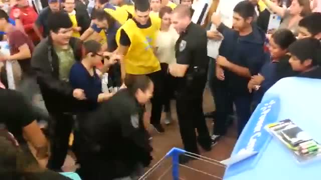 Crazy walmart Black Friday fight 2013 - Thanksgiving fight brawl at walmart over a TV!