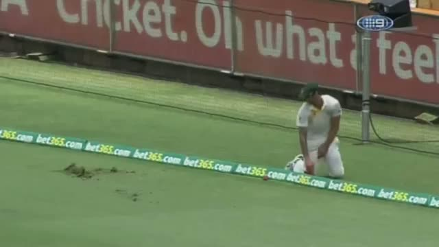 Johnson's awkward slide - Ashes 2013 - 3rd Test Perth