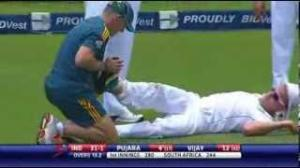 Ankle twist causes Morne Morkel fall atrociously - 1st Test - South Africa vs India 2013