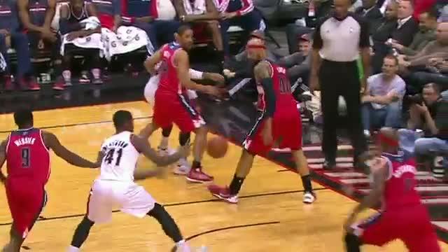 NBA: Mo Williams' Between The Legs Assist to Thomas Robinson!