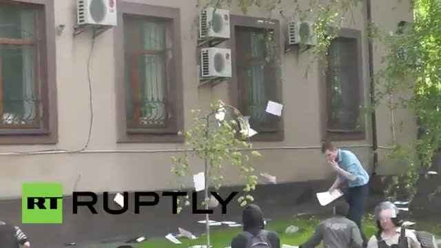 Ukraine: May Day clashes as protesters fight off police