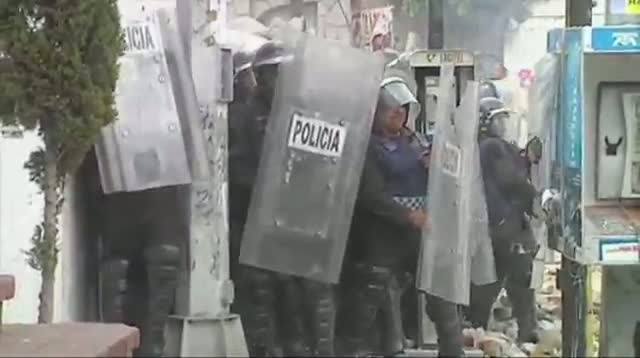100 Mexican Police Hurt in Fight Over Water