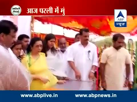 Supporters pay homage to Gopinath Munde before his remains in Latur