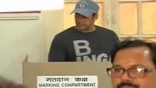 Salman Khan casts his vote at Maharashtra Assembly Elections 2014