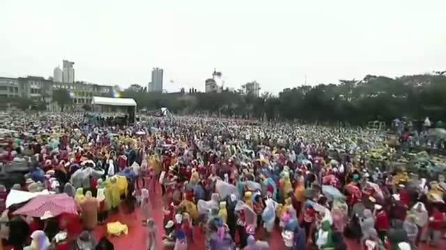 Pope Francis Moves Crowd in Philippines Video
