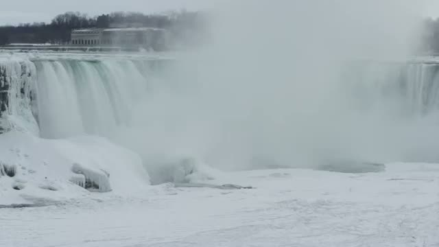 Climber First to Scale Ice at Niagara Falls Video