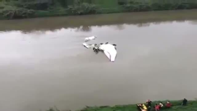 Taiwan TransAsia plane crash-lands in Taipei river - RAW VIDEO