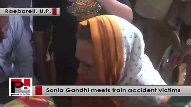 Raebareli - Sonia Gandhi meets train accident vistims