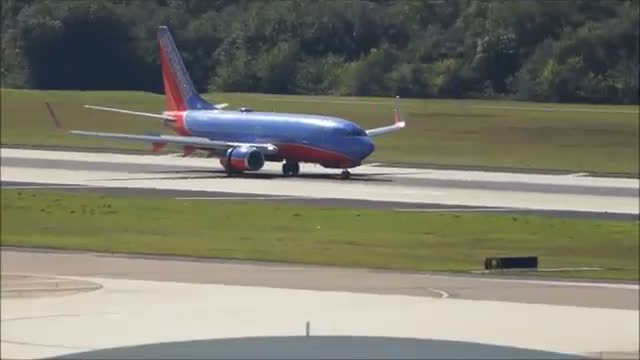 Southwest Airlines 737-700 landing in Tampa Aiport