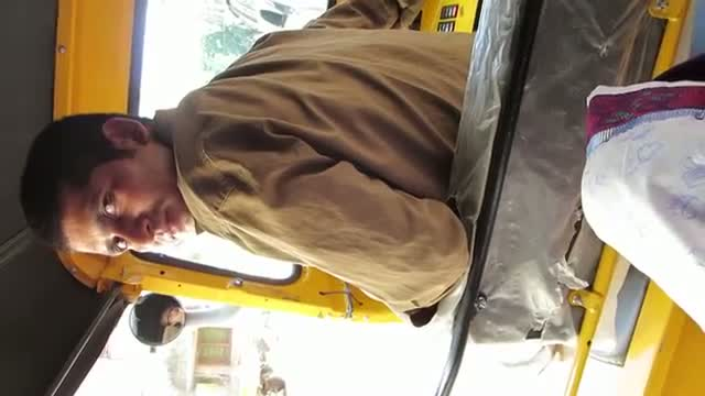 Foreigner Sings Hardcore Bollywood Songs to deal with Stubborn Auto Driver