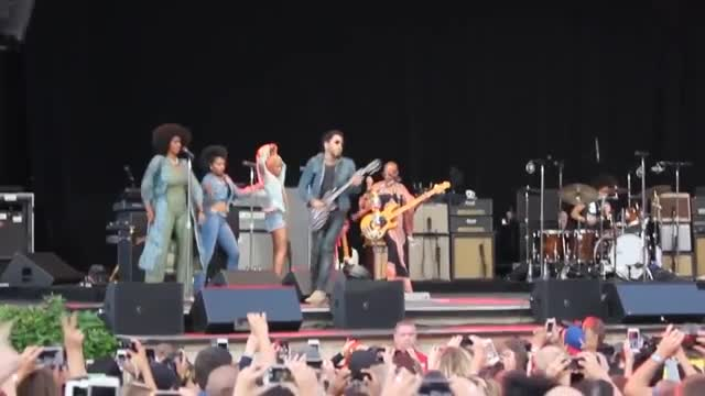 Lenny Kravitz Wardrobe Malfunction Penis Fell Out during Performance (VIDEO)