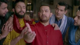 Aamir Khan Recreated Shahrukh Khan's Famous DDLJ 'PALAT' Scene | Watch Video