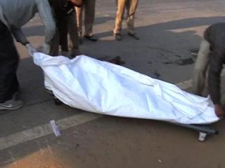 तेज रफ्तार ट्रक की टक्कर से महिला की दर्दनाक मौत (Delhi)
